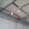 Электрика по потолку — прокладка кабеля, проводка в квартире под натяжным потолком, разводка света в гофре, крепление проводов, чем и как крепить электропроводку к потолку